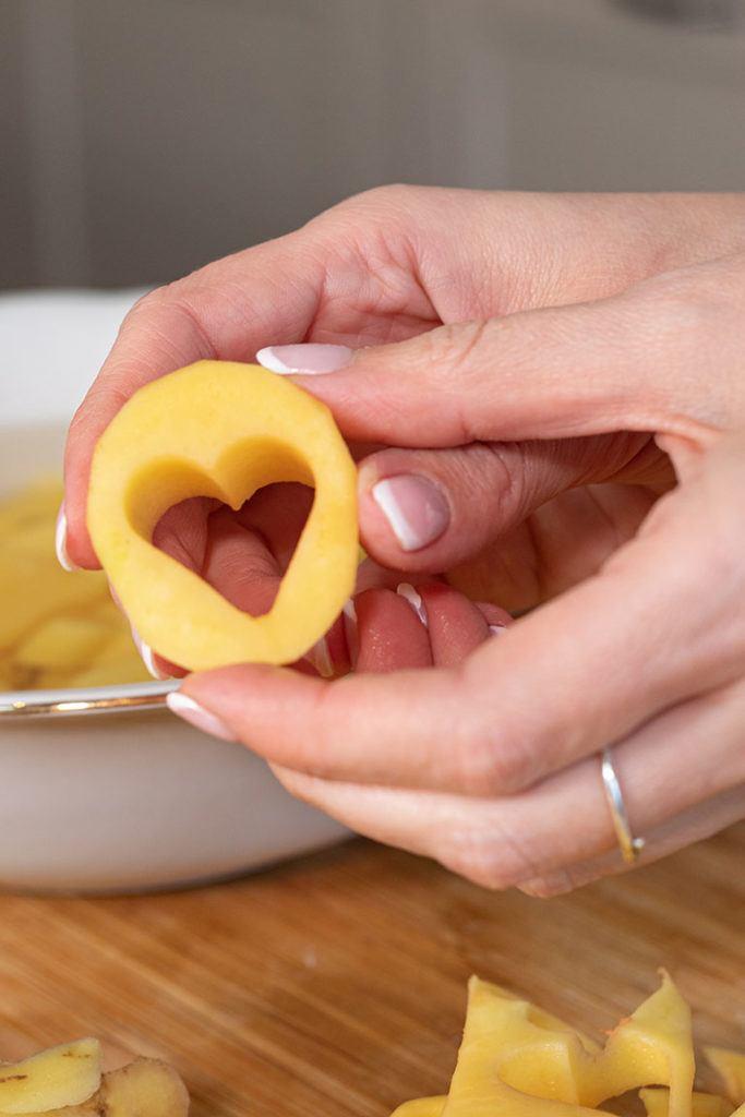 Die Reste von den ausgestochenen Kartoffelherzen werden von Foodbloggerin Verena Pelikan von Sweets & Lifestyle® für weitere Kartoffelgerichte verwendet