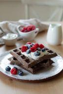 Saftige Schoko Waffeln mit Kakao serviert mit Joghurt und frischen Beeren nach einem Rezept von Sweets and Lifestyle®