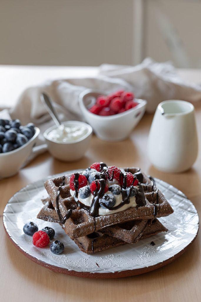 Leckere Schokowaffen mit Kakao serviert mit selbst gemachter Schokosauce nach einem Rezept von Sweets & Lifestyle®