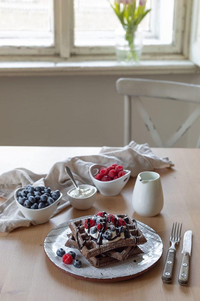 Leckere Schokowaffeln serviert mit frischen Beeren und selbst gemachter Schokosauce von Sweets & Lifestyle®