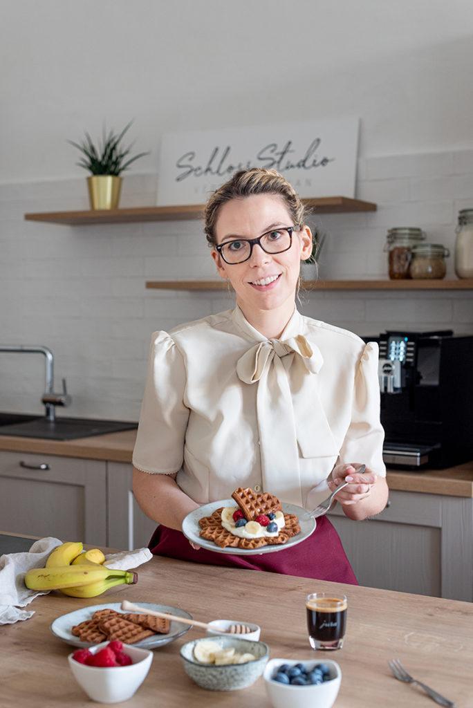 Foodbloggerin Verena Pelikan mit den Kaffee Waffeln in Herzform nach ihrem Rezept