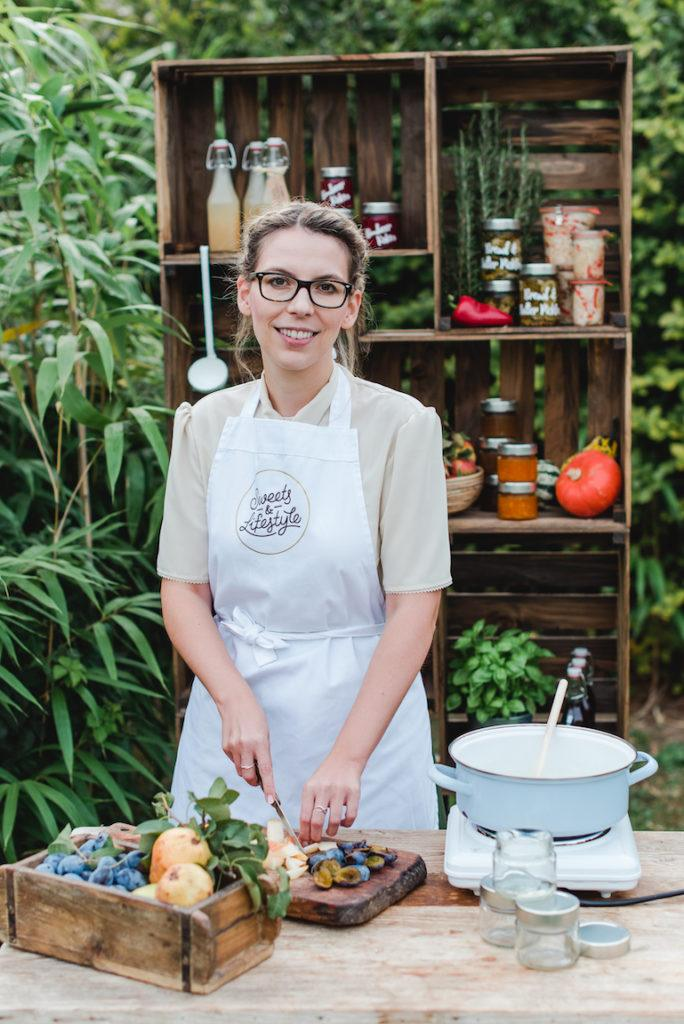 Autorin Verena Pelikan beim Foto-Shooting für ihr Einkochbuch Einkochen Rezepte für selbstgemachte Köstlichkeiten im Glas