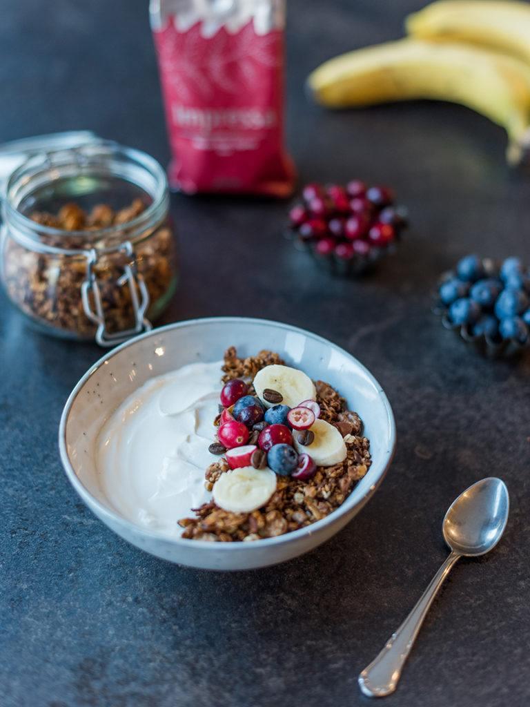 Joghurt verfeinert mit selbst gemachten Kaffee Granola nach einem Rezept von Sweets & Lifestyle® als leckeres Frühstück