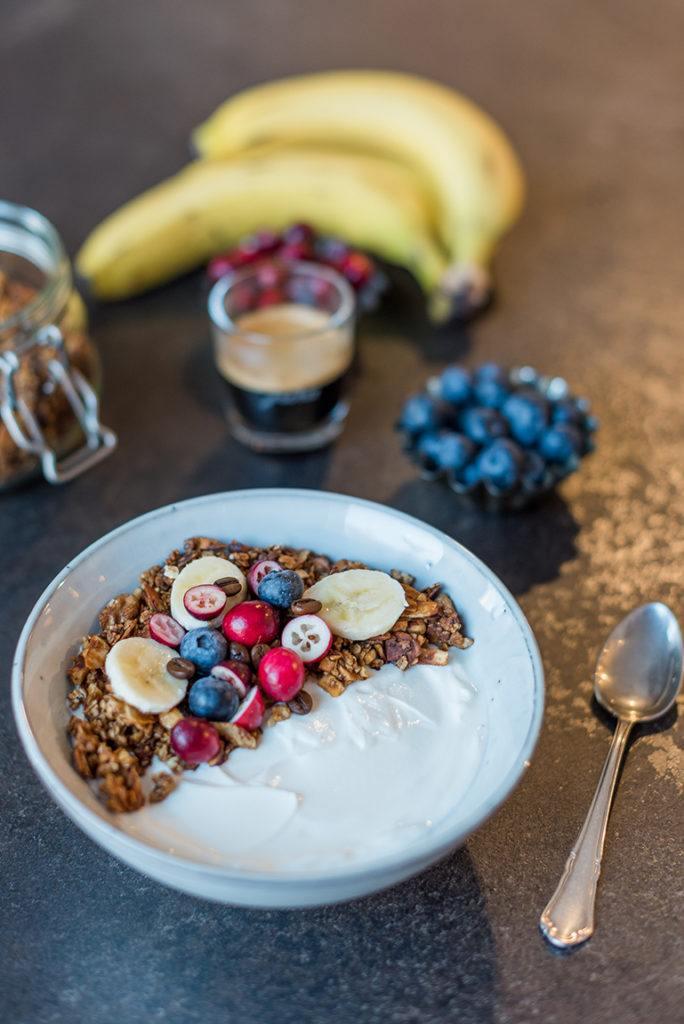 Joghurt mit knusprigem Kaffee Granola nach einem Rezept von Sweets & Lifestyle® verfeinert und serviert als leckeres Frühstück