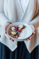 Joghurt mit selbst gemachtem Weihnachts Granola nach einem Rezept von Sweets & Lifestyle® verfeinert
