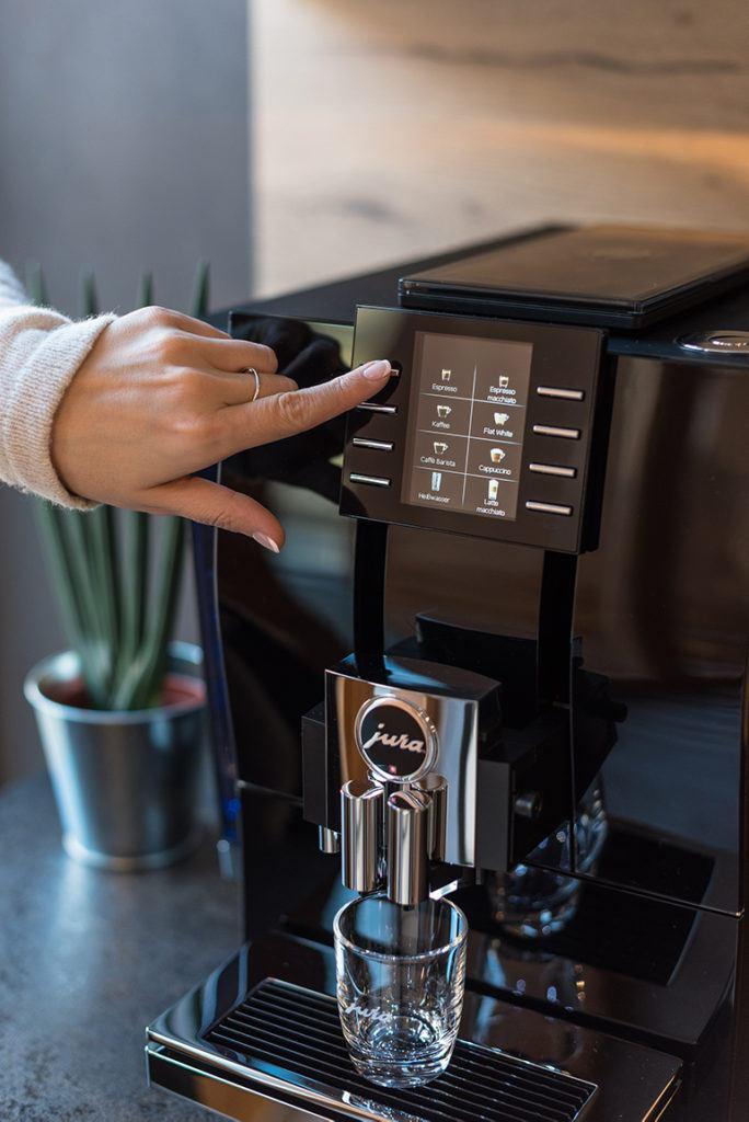 Jura Z6 Kaffeevollautomat mit SchlossStudio von Verena Pelikan im Schloss Ebenthal