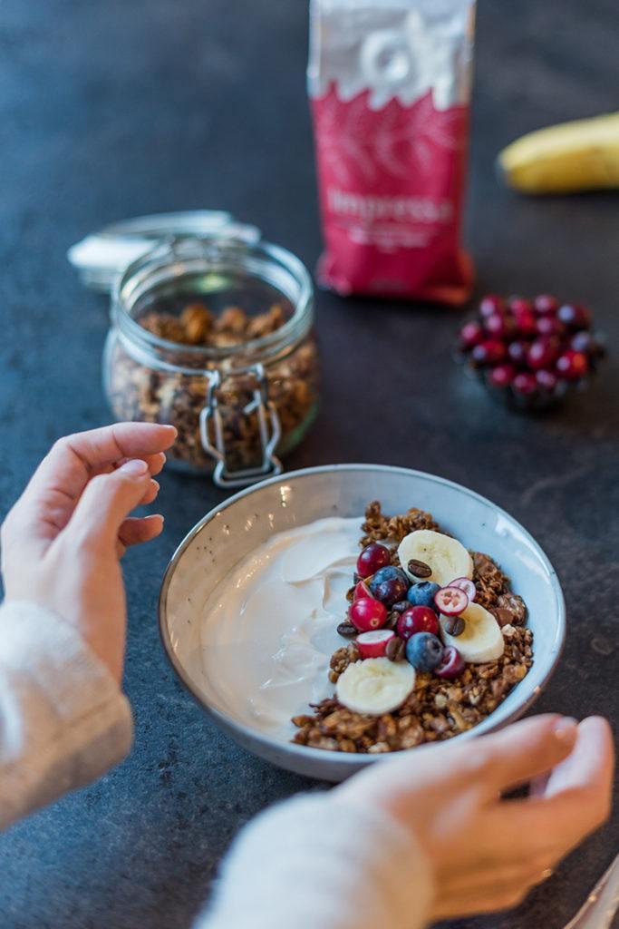 Selbst gemachtes Kaffee Granola als Weihnachtsgranola mit Lebkuchen Gewürz verfeinern wie Verena von Sweets & Lifestyle®