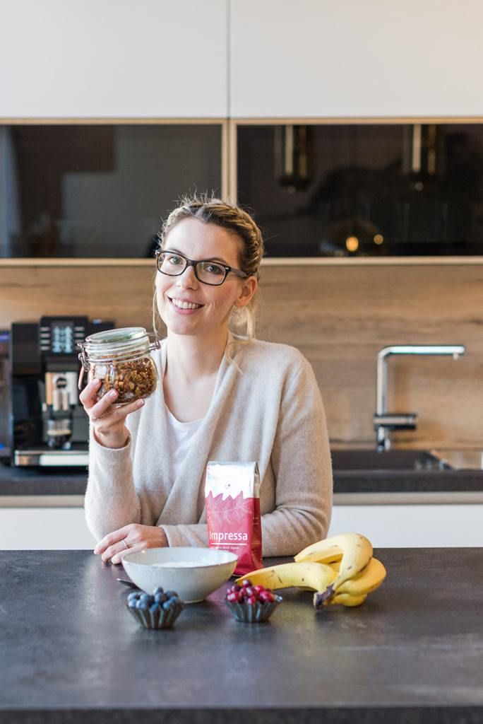 Selbst gemachtes Kaffee Granola verfeinert mit Lebkuchengewürz für die Verwendung als Weihnachtsmüsli nach einem Rezept von Sweets & Lifestyle®