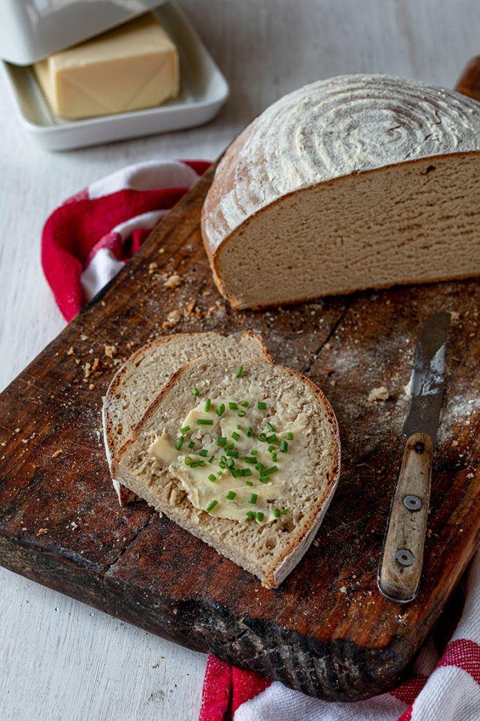 Selbst gemachtes Mischbrot mit frischer Butter und Schnittlauch serviert von von Sweets & Lifestyle®