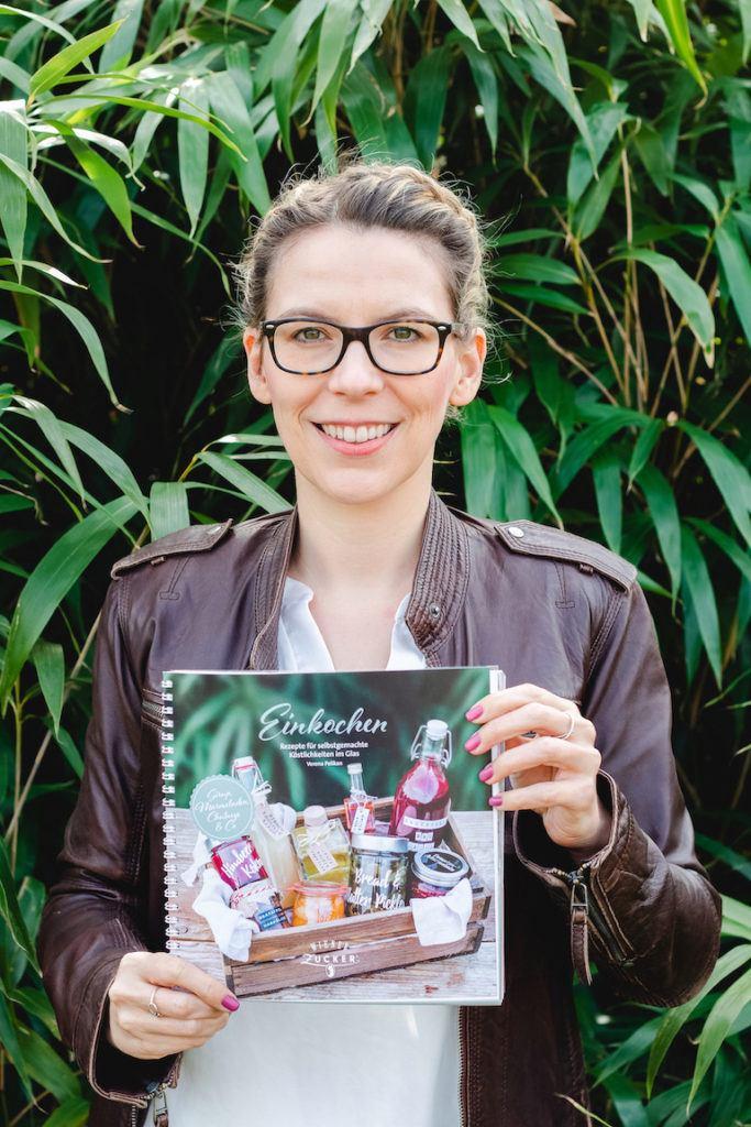 Autorin Verena Pelikan mit ihrem Einkochbuch Einkochen Rezepte für selbstgemachte Köstlichkeiten im Glas