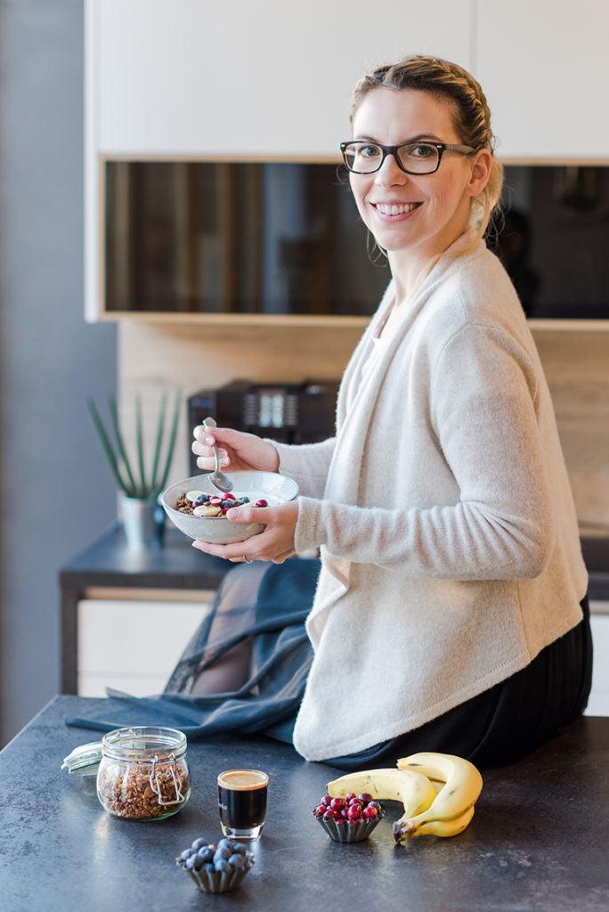 Verena Pelikan von Sweets & Lifestyle® mit selbst gemachten Kaffee Granola nach ihrem Rezept