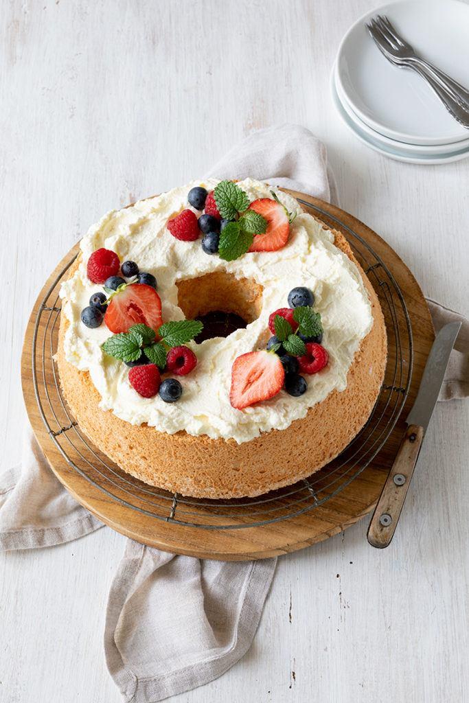 Angel Food Cake mit Schlagobers und frischen Beeren garniert nach einem Rezept von Sweets & Lifestyle®