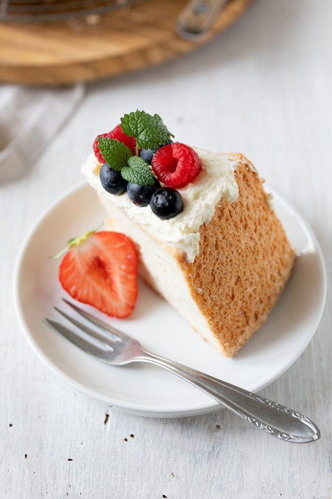Luftiger Angel Food Cake mit frischen Beeren garniert nach einem Rezept von Sweets & Lifestyle®