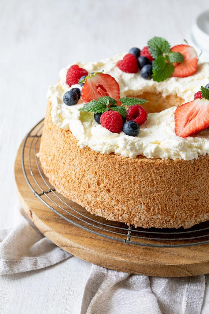 Luftiger Angel Food Cake mit frischen Beeren verziert nach einem Rezept von Sweets & Lifestyle®