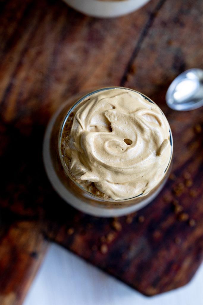 Cremiger Kaffeeschaum am Schaumkaffee Dalgona Coffee von Sweets & Lifestyle®