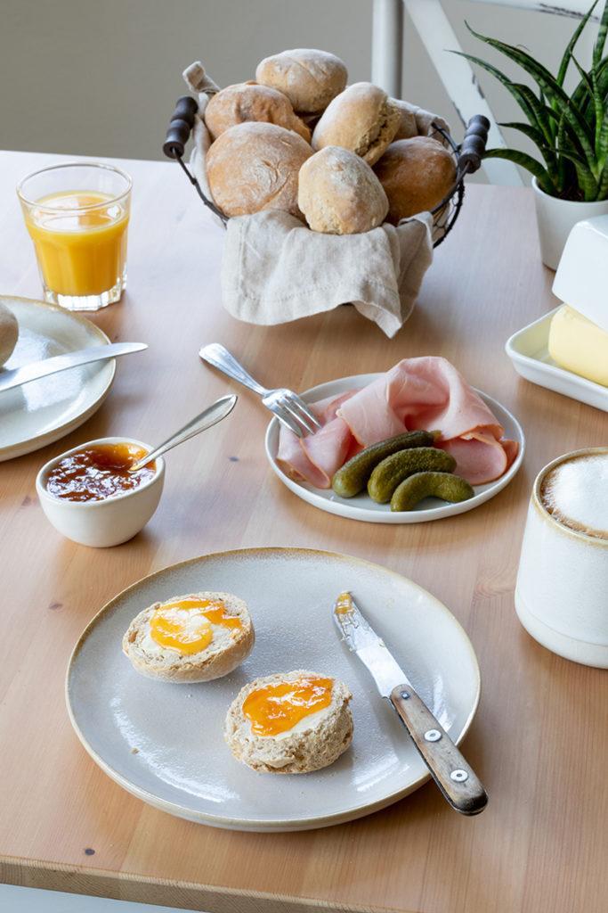 Einfache Dinkelweckerl nach einem Rezept von Sweets & Lifestyle® mit Butter und Marmelade bestrichen