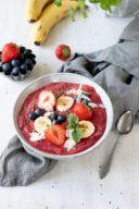 Leckere Erdbeer Smoothie Bowl mit gefrorenen Erdbeeren nach einem Rezept von Sweets & Lifestyle®