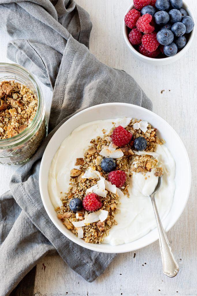 Joghurt mit selbst gemachten Kokos Granola nach einem Rezept von Sweets & Lifestyle® verfeinert