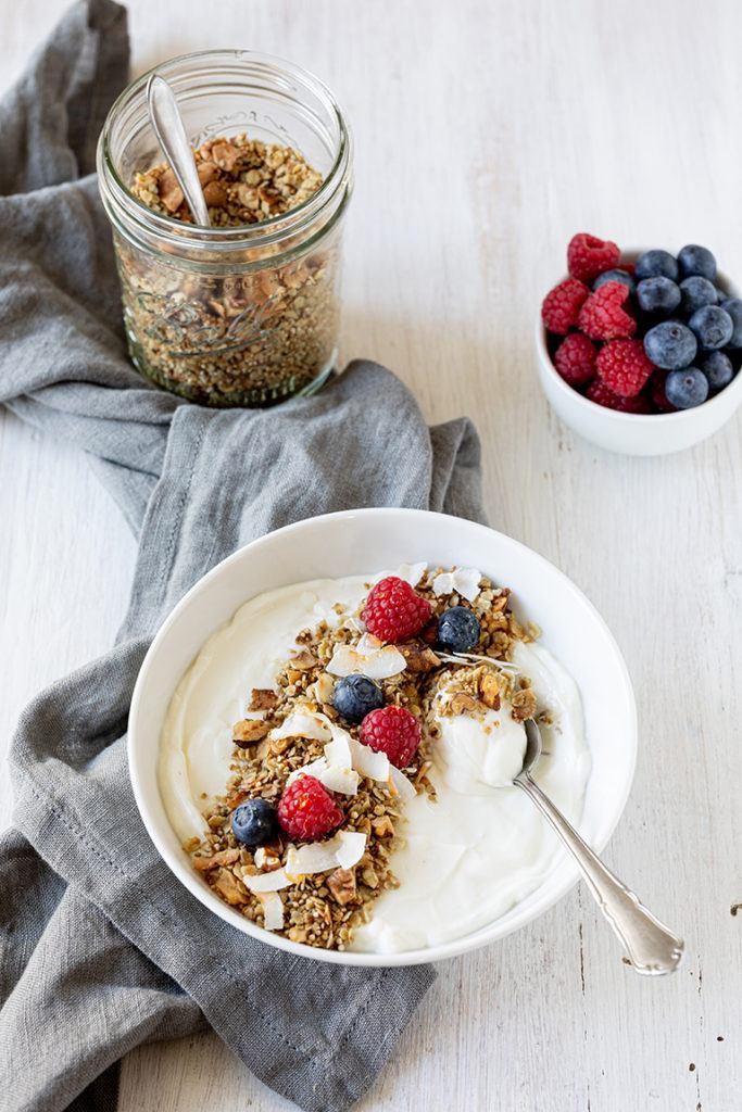 Leckeres Kokos Granola nach einem Rezept von Sweets & Lifestyle® mit frischem Joghurt serviert