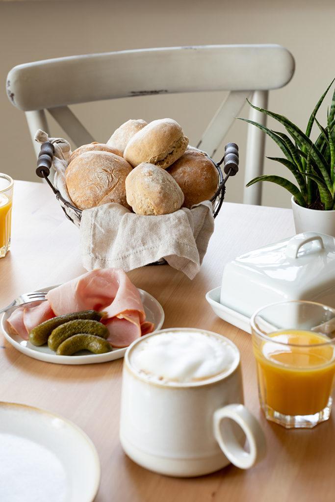 Schnelle Dinkelweckerl nach einem Rezept von Sweets & Lifestyle® am Frühstückstisch
