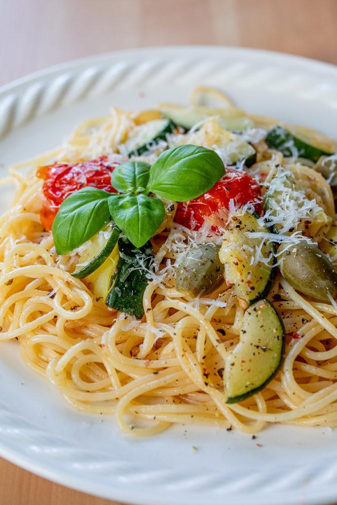 Schnelle Pasta mit Zucchini Tomaten und Weißweinsauce nach einem Rezept von Sweets & Lifestyle®