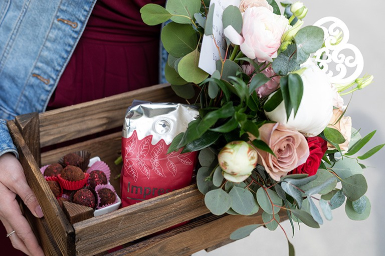 Selbst gemachte Espressotrüffel nach einem Rezept von Sweets & Lifestyle® mit Kaffeebohnen und Blumenstrauss als Muttertagsgeschenk