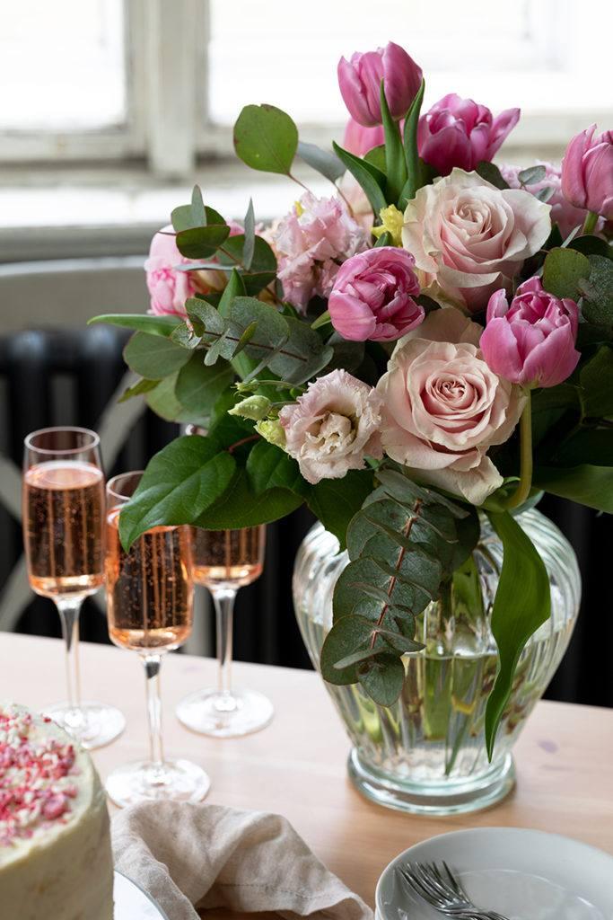 Blumenstrauss am Tisch mit der Konfetti Torte als Muttertagstorte von Sweets & Lifestyle®