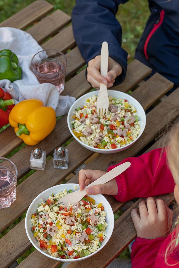 Bunter Nudelsalat fuer Kinder mit Buchstabennudeln und Frischkaesedressing nach einem Rezept von Sweets & Lifestyle®