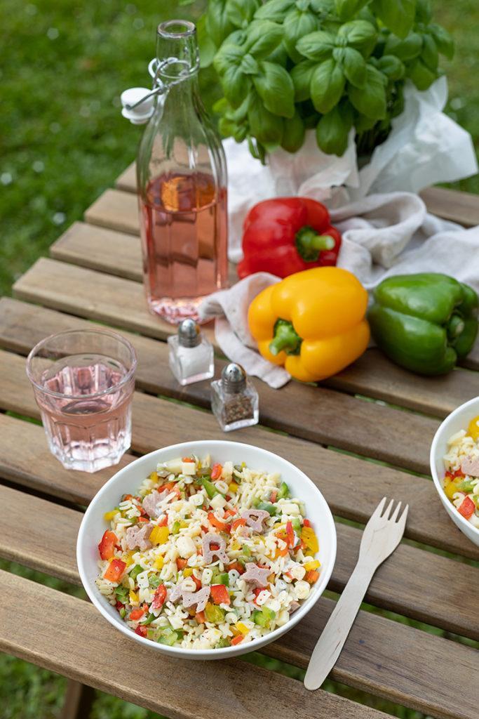 Leckerer Nudelsalat fuer Kinder gemacht mit Buchstabennudeln und Frischkaesedressing nach einem Rezept von Sweets & Lifestyle®