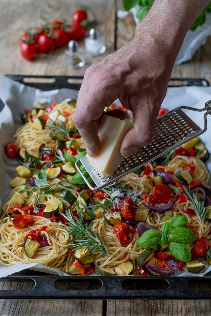 Vor dem Servieren frischen Parmesan ueber die Pasta mit Ofengemuese nach einem Rezept von Sweets & Lifestyle® reiben