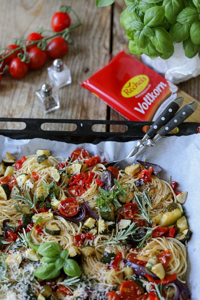Recheis Spaghetti Nudeln mit Ofengemüse nach einem Rezept von Sweets & Lifestyle® serviert als einfaches Feierabendgericht