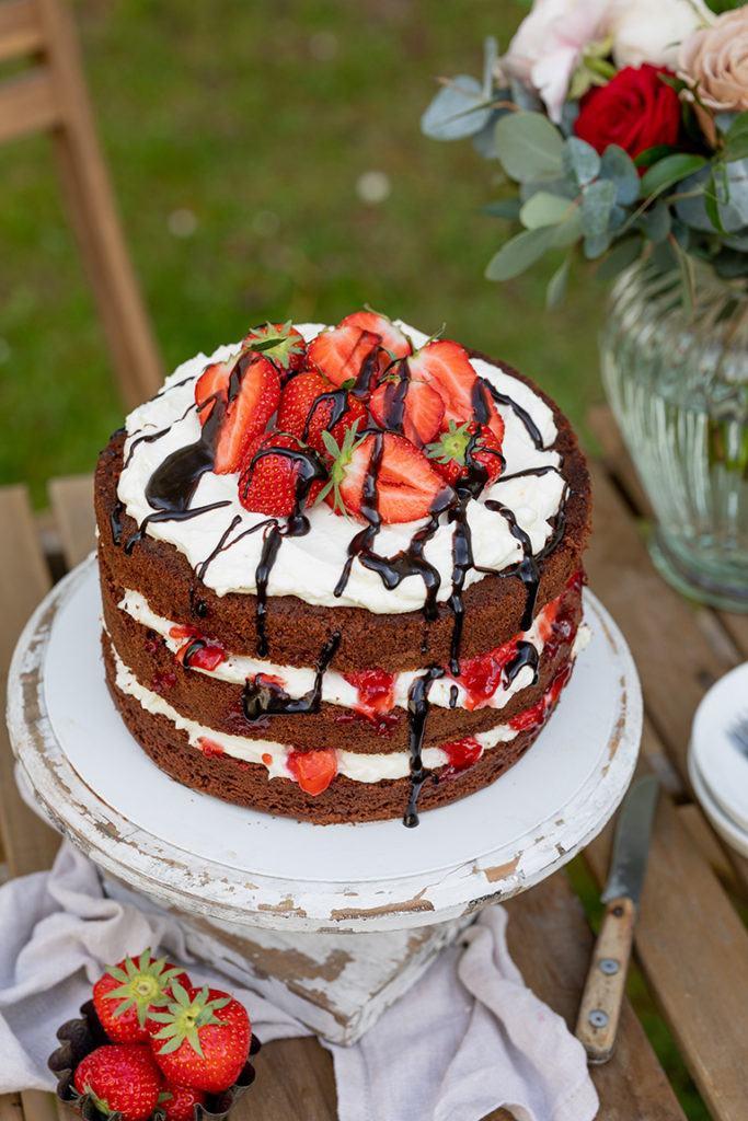 Leckere Schoko Erdbeer Torte als Schoko Erdbeer Naked Cake mit frischen Erdbeeren nach einem Rezept von Sweets & Lifestyle®