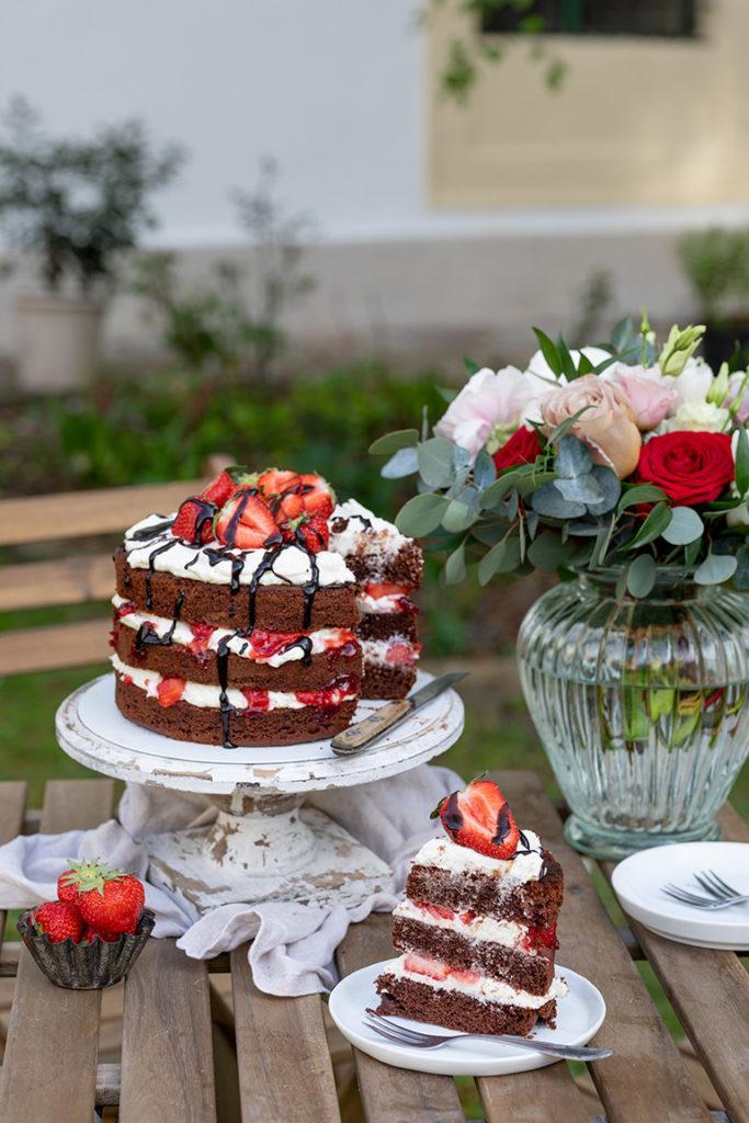 Leckere Schoko Erdbeer Torte als Schoko Erdbeer Naked Cake mit frischen Erdbeeren und Schokosauce nach einem Rezept von Sweets & Lifestyle®