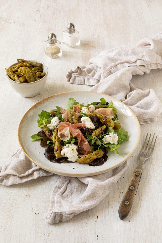 Frischer Blattsalat mit eingelegtem gruenen Spargel serviert mit Rohschinken und Burrata nach einem Rezept von Sweets & Lifestyle®
