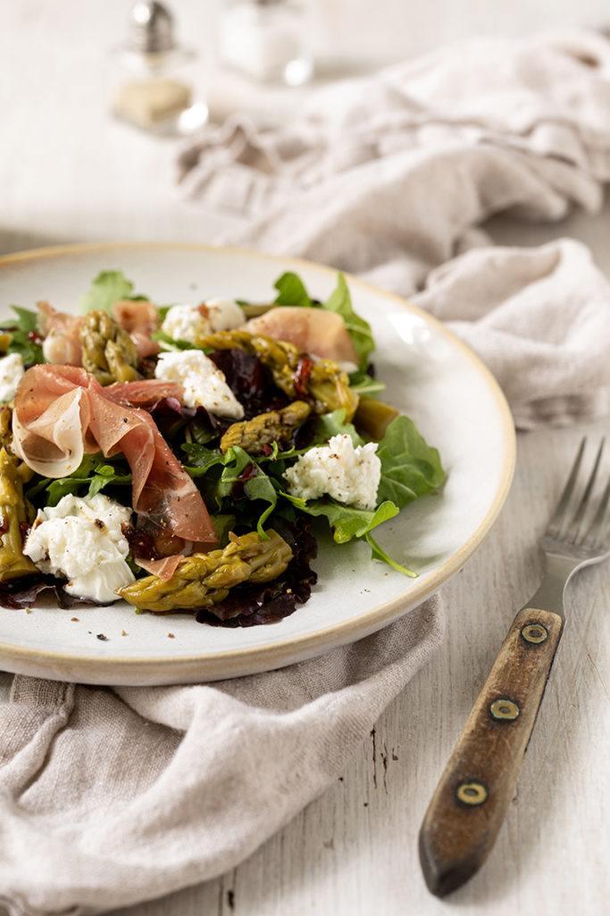 Blattsalat mit eingelegtem gruenen Spargel Rohschinken und Burrata nach einem Rezept von Sweets & Lifestyle®