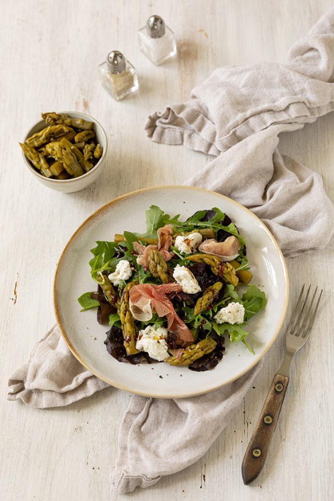 Sommerlicher Blattsalat mit gruenem Spargel Rohschiken und Burrata nach einem Rezept von Sweets & Lifestyle®