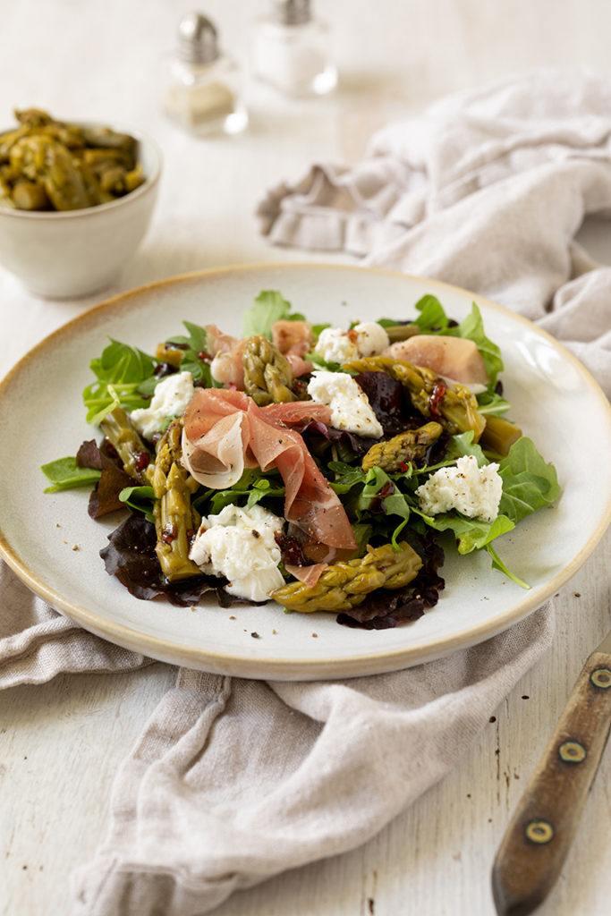 Knackiger Blattsalat serviert mit gruenem Spargesalat Rohschinken und Burrata nach einem Rezept von Sweets & Lifestyle®