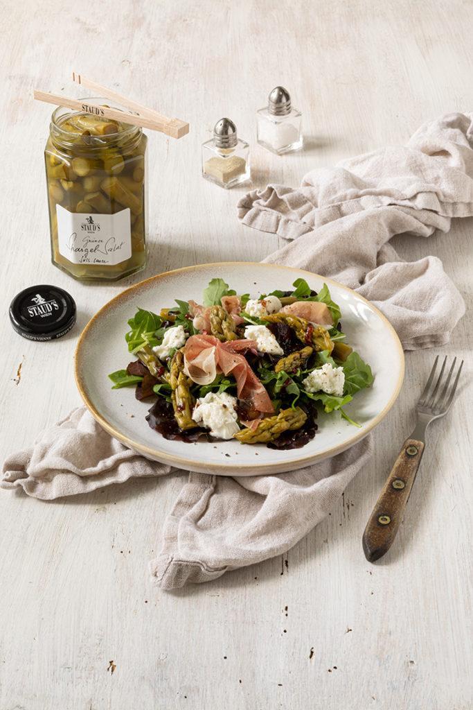 Frischer Blattsalat mit gruenem Spargelsalat von Stauds Rohschinken und Burrata nach einem Rezept von Sweets & Lifestyle®