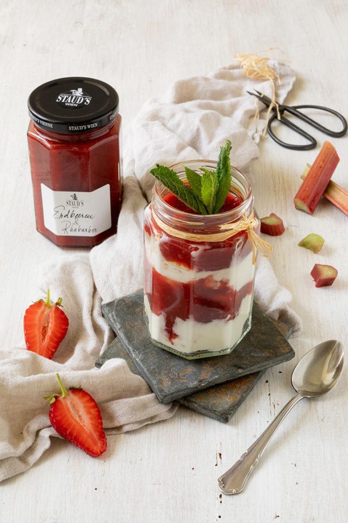 Einfaches Schichtdessert mit Erdbeere und Rhabarber nach einem Rezept von Sweets & Lifestyle®
