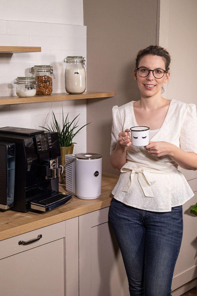 Foodbloggerin Verena Pelikan vor dem JURA Z6 Kaffeevollautomaten in ihrem SchlossStudio im Schloss Coburg zu Ebenthal
