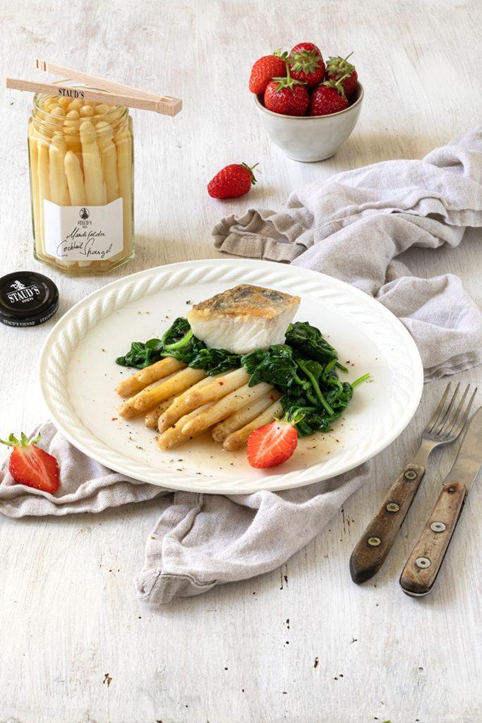 Gebratener Zander auf einem Cocktailspargelragout und blanchiertem Spinat nach einem Rezept von Sweets & Lifestyle®