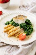Gebratener Zander auf weissem Spargelragout und blanchiertem Spinat nach einem Rezept von Sweets & Lifestyle®