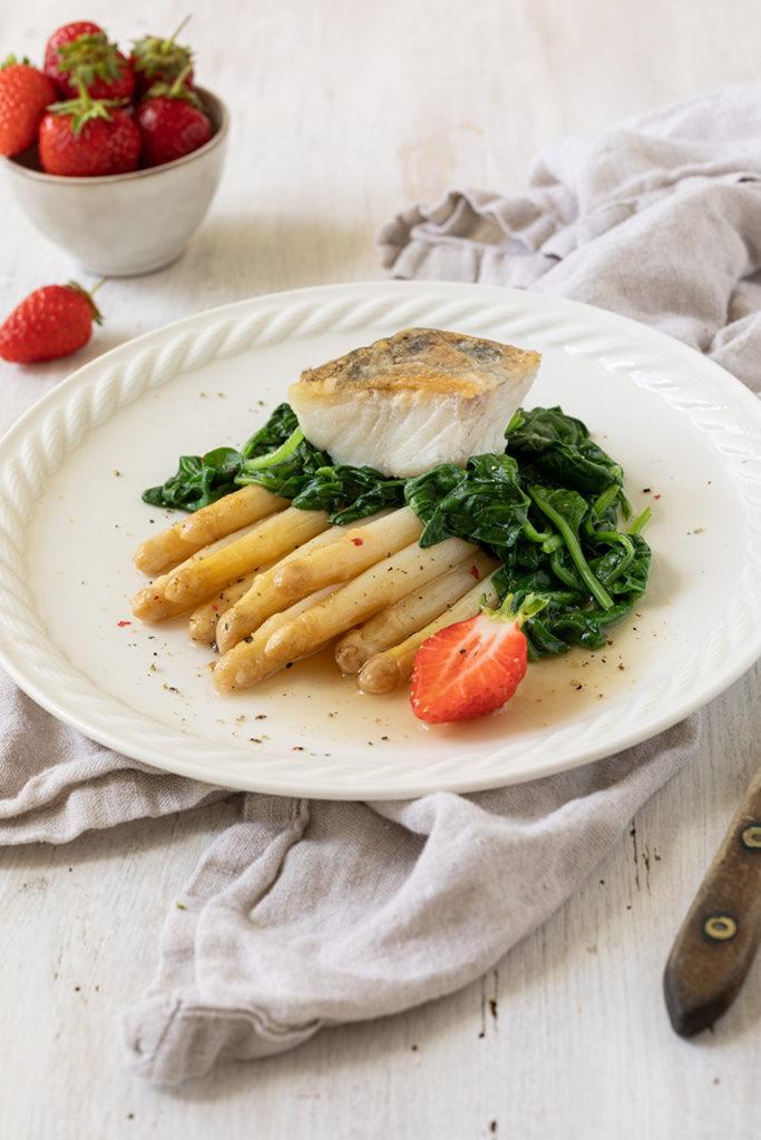 Gebratener Zander mit Spargelragout und blanchiertem Spinat serviert nach einem Rezept von Sweets & Lifestyle®