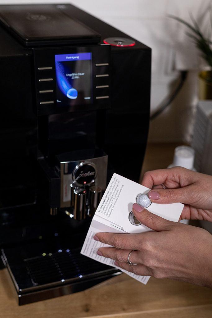 Verwendung der JURA Reinigungstablette für die Reinigung vom JURA Z6 Kaffeevollautomaten im SchlossStudio von Verena Pelikan