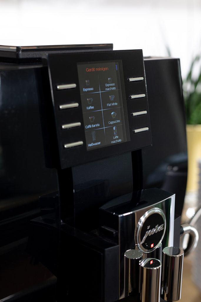 JURA Z6 Kaffeevollautomat verlangt nach 150 bis 200 Kaffeebezuegen eine Reinigung