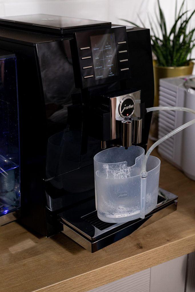 Professionelle Milchsystemreinigung beim JURA Z6 Kaffeevollautomaten mit original JURA Pflegeprodukten im SchlossStudio von Verena Pelikan