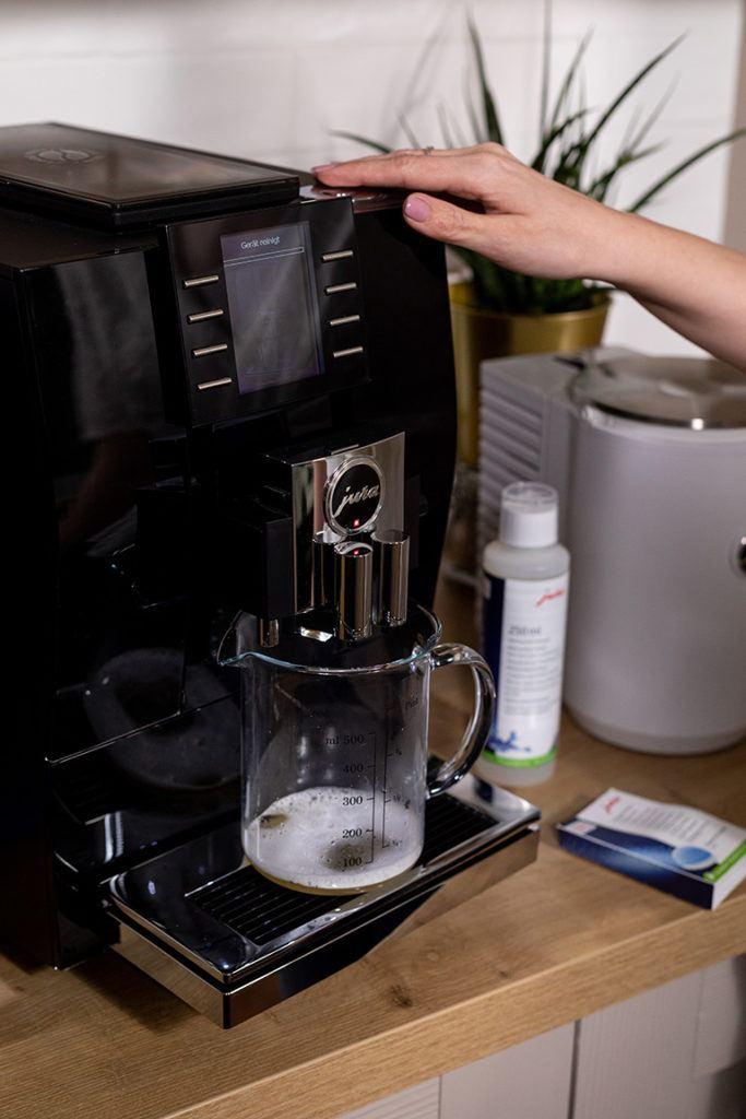 Reinigung vom JURA Z6 Kaffeevollautomaten im SchlossStudio von Verena Pelikan