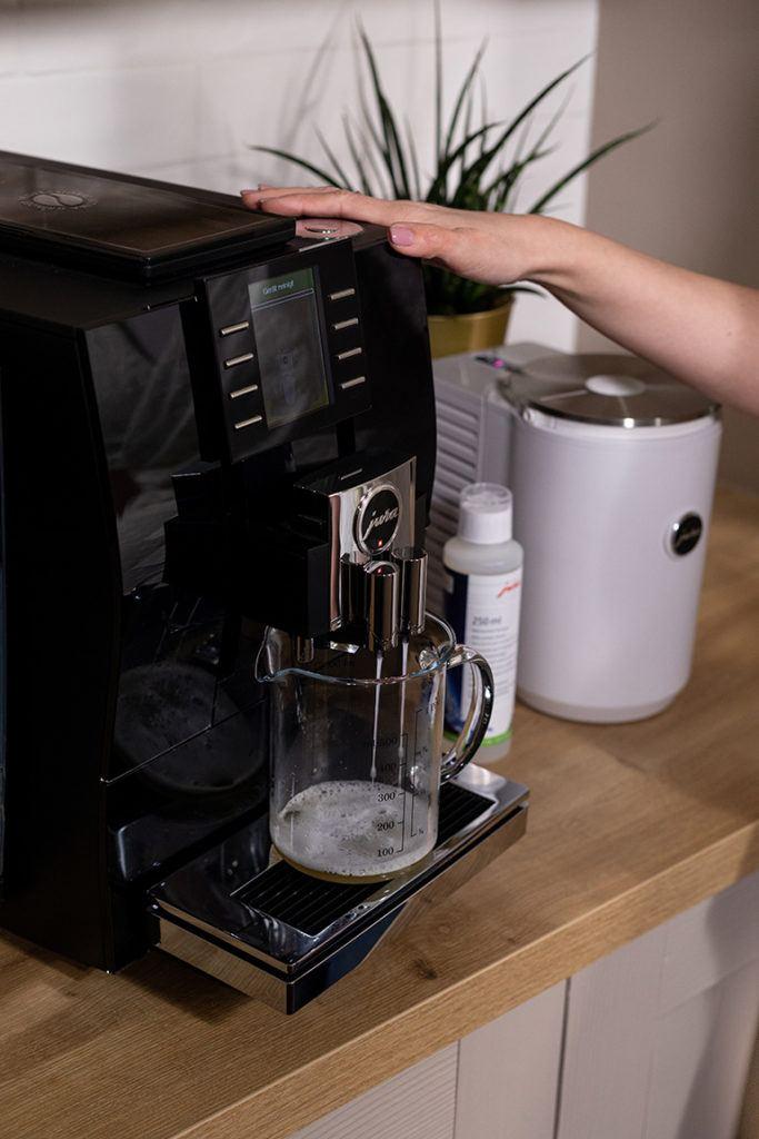 Hygienische Reinigung vom JURA Z6 Kaffeevollautomaten im SchlossStudio von Verena Pelikan