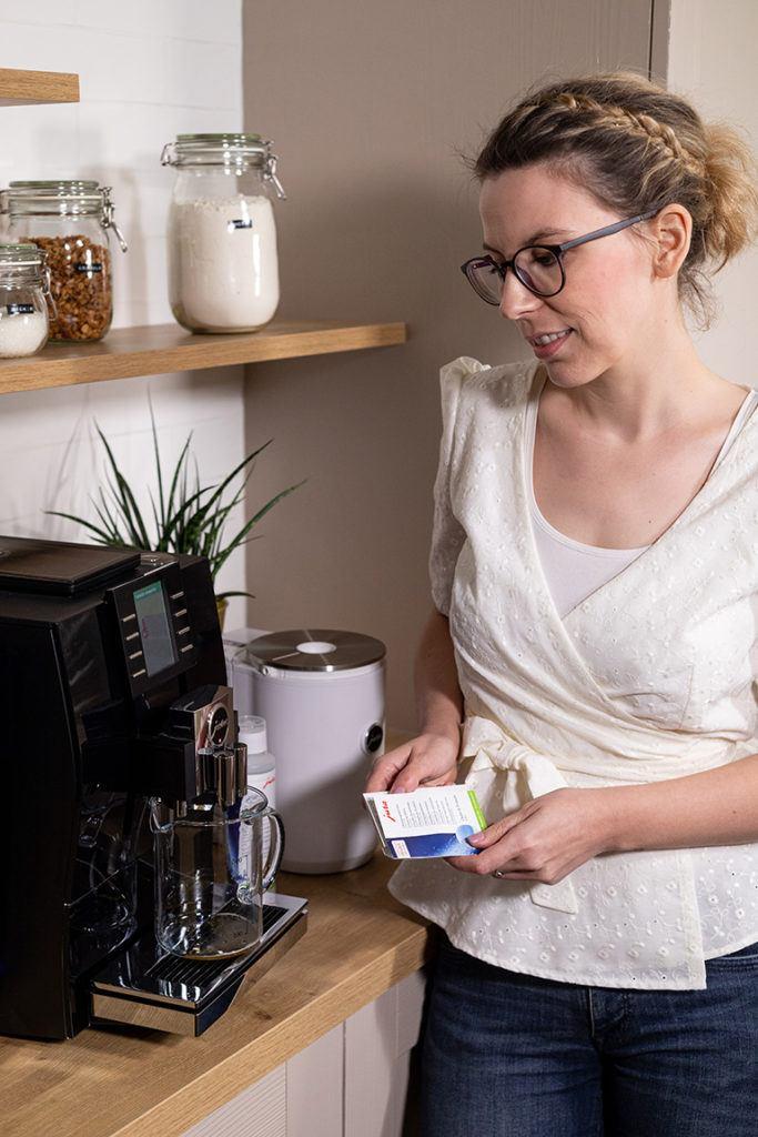 Verena Pelikan bei der Reinigung von ihrem JURA Z6 Kaffeevollautomaten im SchlossStudio in Ebenthal
