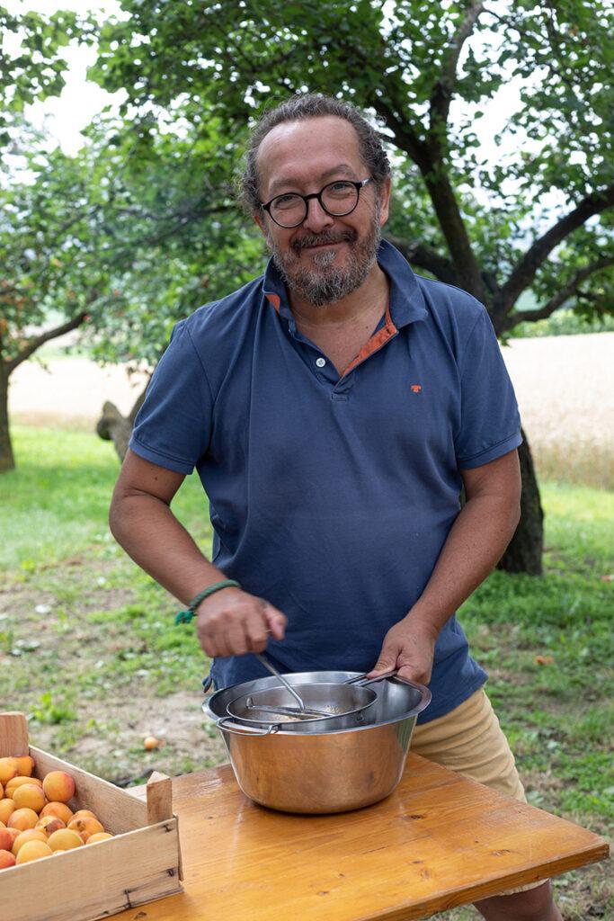 Jimmy Schlager beim Passieren der Marillentraum fuer einen Kindertraum Marillenmarmelade im Obstgarten